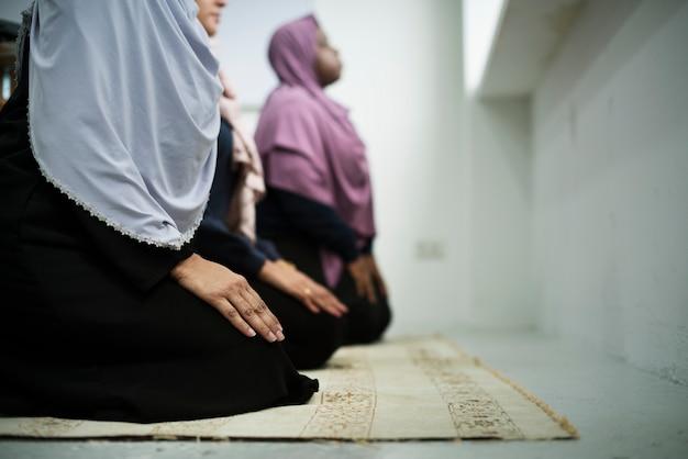 祈りのイスラム教徒の人々