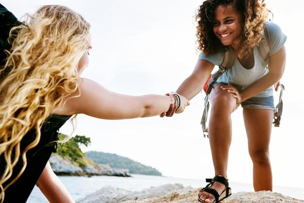 若い女性がお互いを助け合って