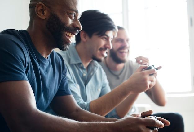 友達が一緒にゲームをプレイ