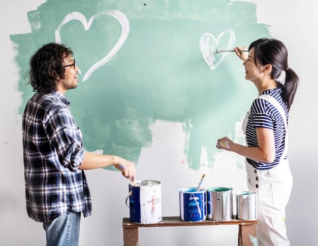 Азиатская пара ремонтирует дом