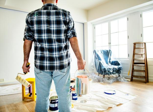Люди ремонтируют дом
