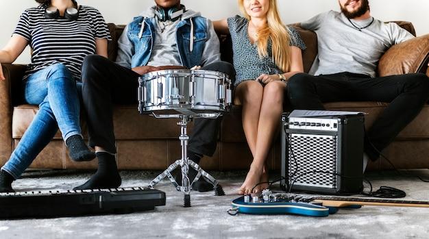 Люди вместе наслаждаются музыкой