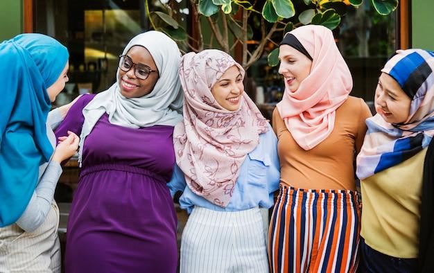 Группа исламских друзей обнимаются и улыбаются вместе