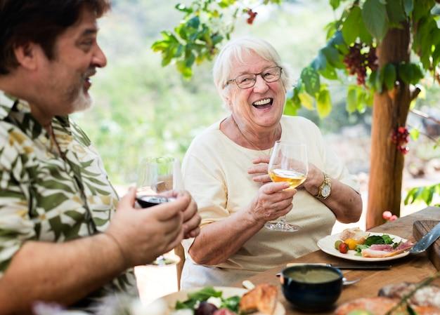 屋外の地中海ディナーを楽しむ家族