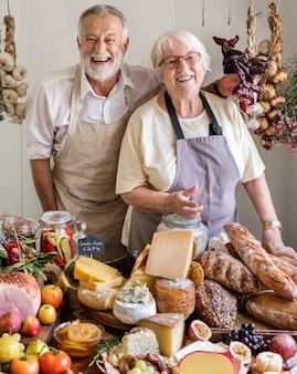 Пожилая пара работает в фермерском магазине