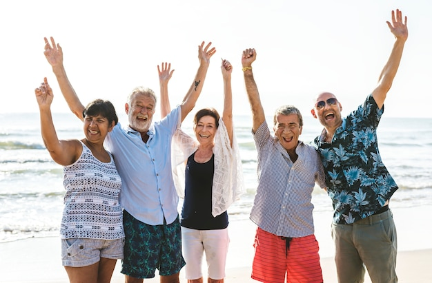 Группа пожилых людей на пляже