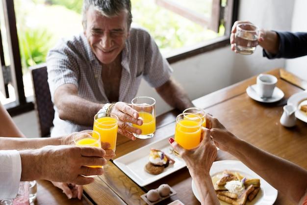 朝食を楽しんでいる高齢者