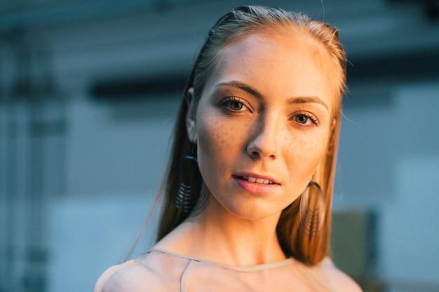 化粧品で若い美しいモデル
