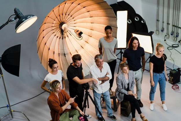 人々がスタジオで写真にポーズ