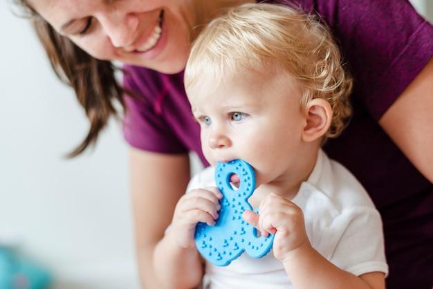 かわいい赤ちゃんのおもちゃを噛んで