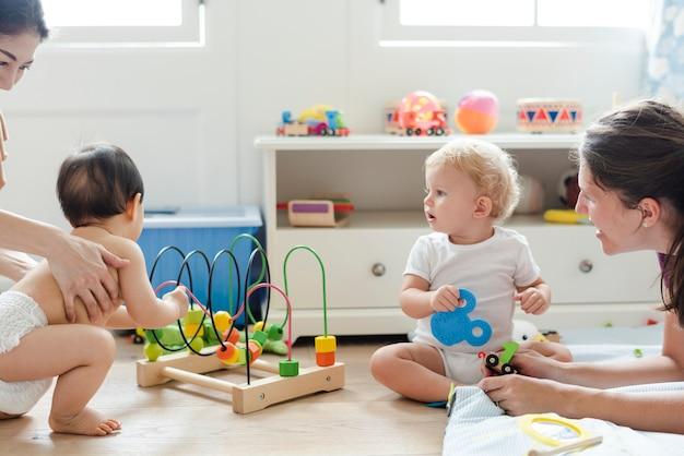 プレイルームで一緒に遊ぶ赤ちゃん