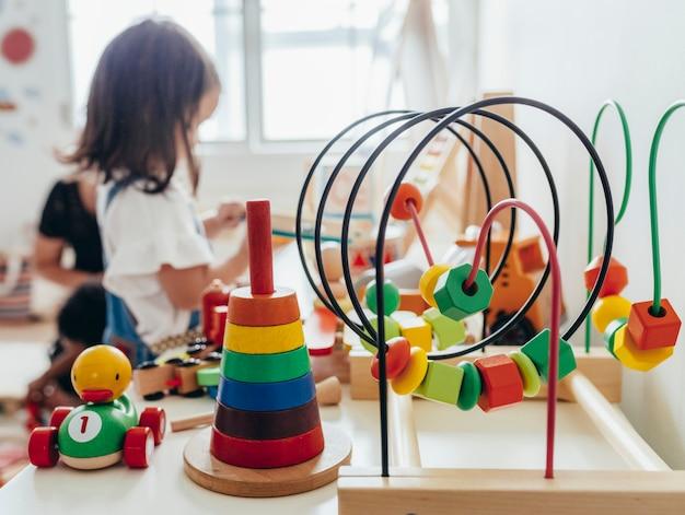 Молодая девушка играет с развивающими игрушками