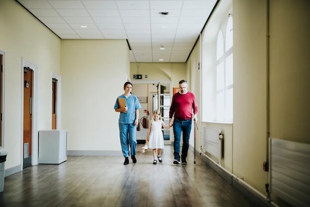 障害のある父親と一緒に歩いている娘