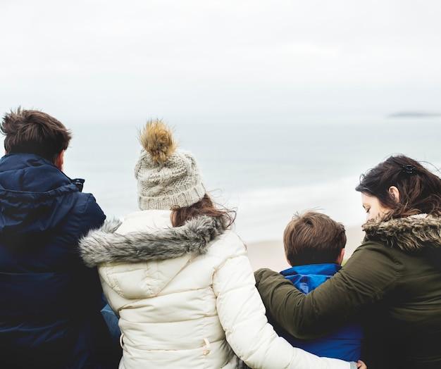 ビーチで楽しんで幸せな家族