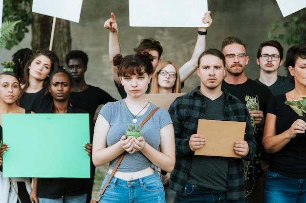 環境に抗議している怒っている環境保護論者