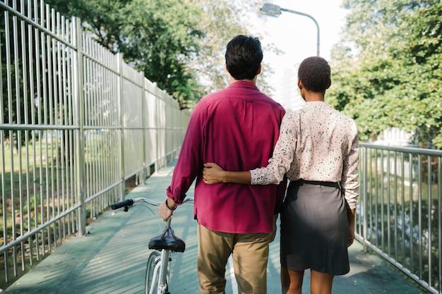 のんびり歩くカップル