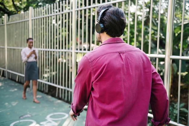 公園で音楽を聴く