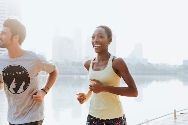 都会のカップルが一緒に運動します。
