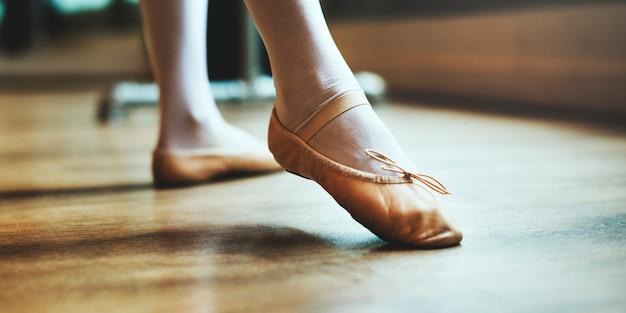 白人女性と女の子のバレエの練習