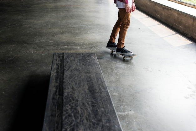 スケートボードに乗って男