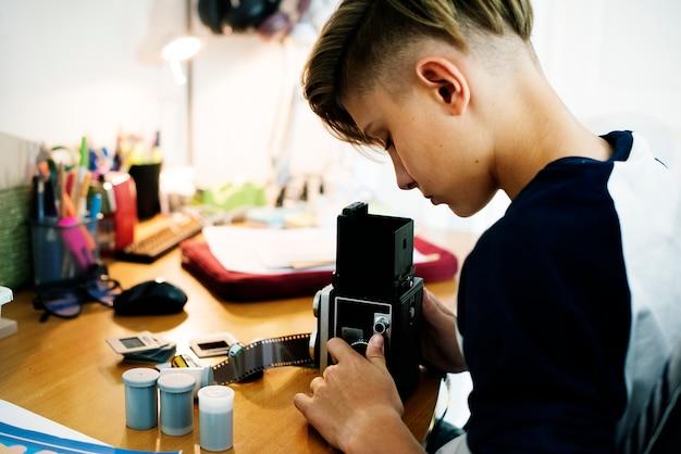 レトロなカメラと映画の少年