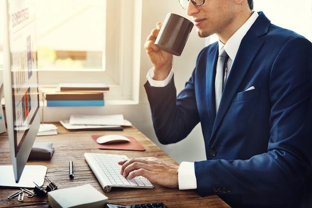 コンピューター情報概念を使用して働くビジネスマン