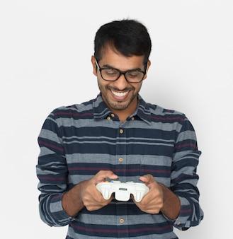 Индийский человек игровой контроллер консоль веселая концепция