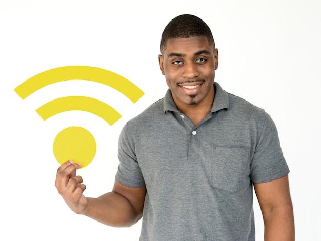 成人男性がインターネット信号ペーパークラフトを握る