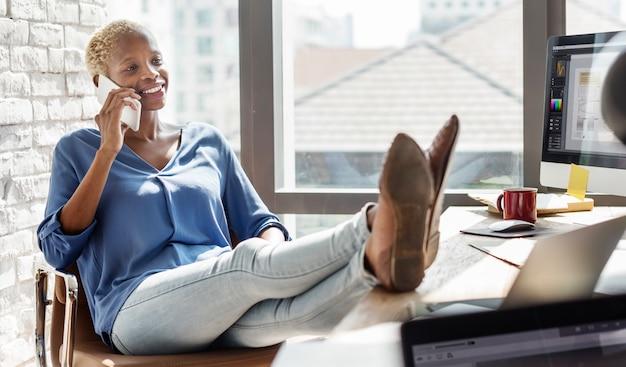 電話の概念を使用してアフリカの女性