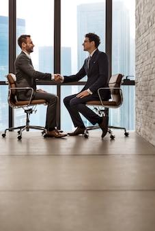 ビジネスマン握手企業の同僚のコンセプト