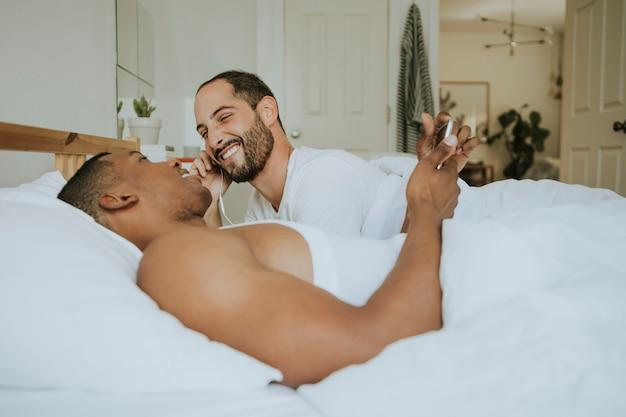 Гей пара обнимаются в постели