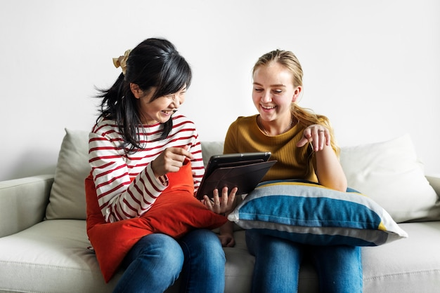 デジタルタブレットを一緒に使用している女性