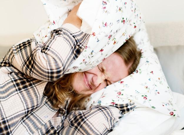 睡眠問題を持つ白人女性