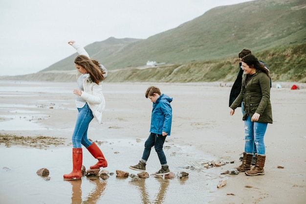 ビーチで石の上を歩く子供たち