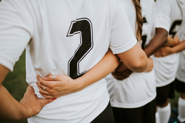 寄り添う女子サッカー選手のクローズアップ