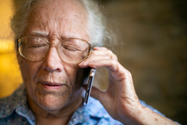 悪い知らせを受ける高齢者の女性