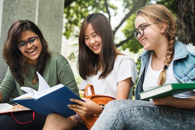 公園で宿題をしている学生