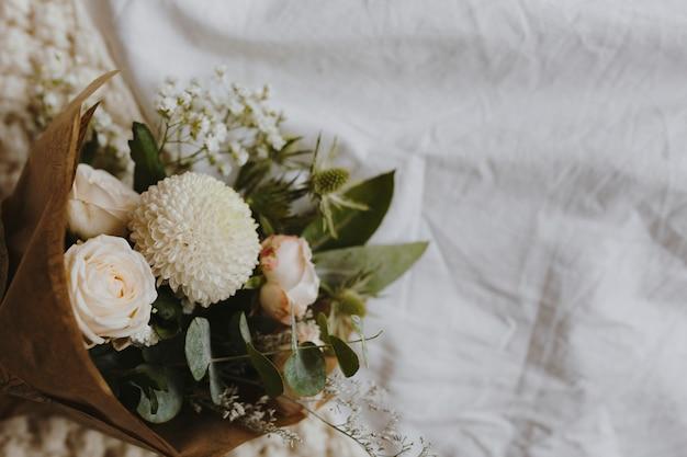 白いダリアとバラの花束