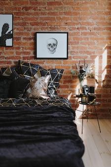 寝室は黒い寝具と頭蓋骨で飾る