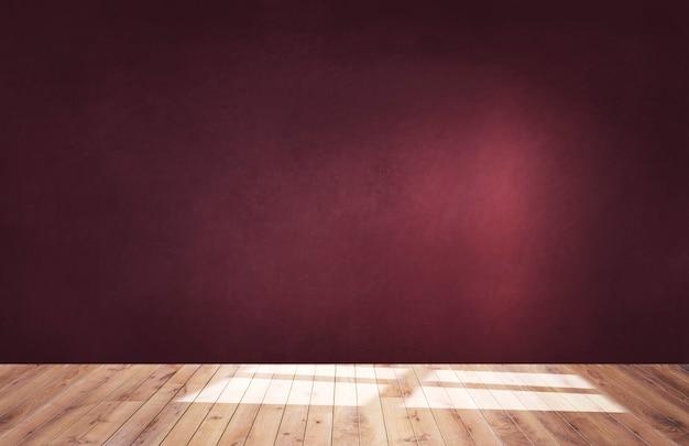 木製の床と空の部屋でブルゴーニュの赤い壁