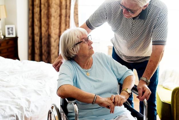 年配のカップルがお互いの世話をして