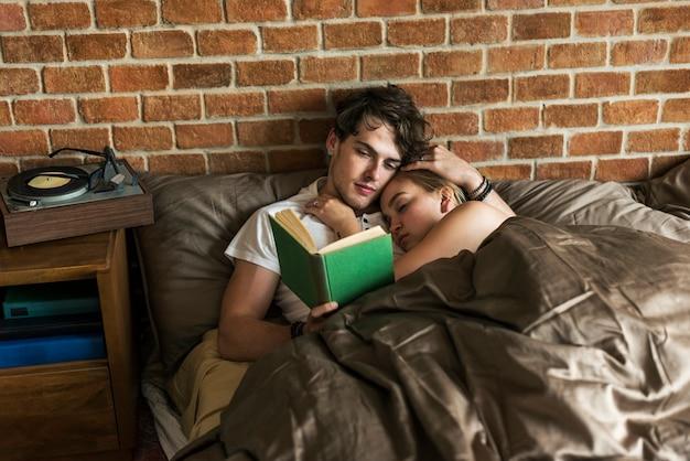 白人カップルがベッドで一緒に時間を過ごす