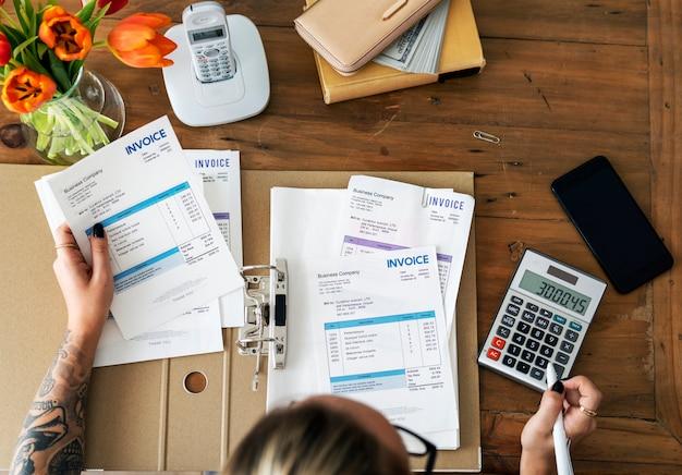 Женщина делает бухгалтерский учет
