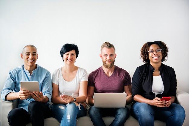 デジタルデバイスを使用している多様な人々のグループ