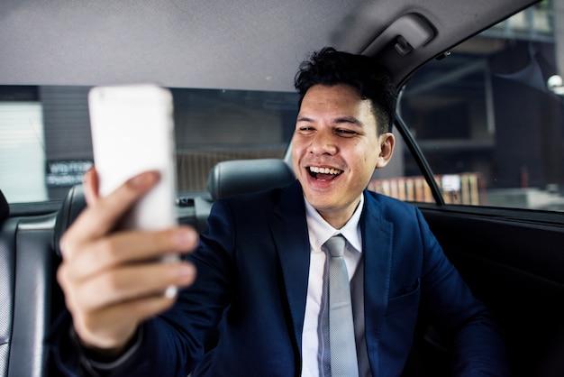 Бизнесмен сидит в машине