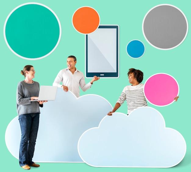 Счастливые люди с облачными и технологическими иконками