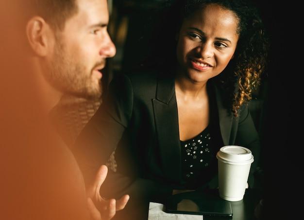 Партнеры обсуждают бизнес за кофе