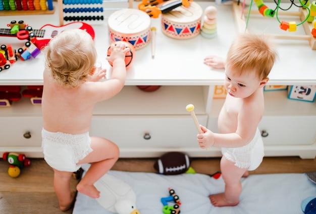 一緒に遊んでおむつの赤ちゃん