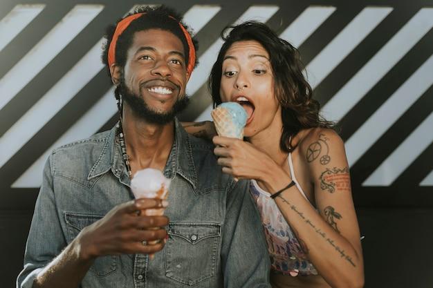 アイスクリームを楽しむ陽気なカップル