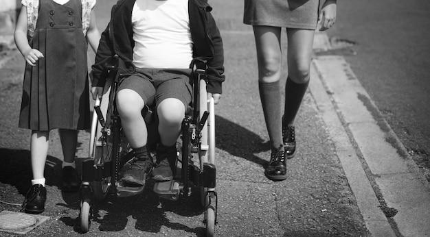 姉妹と兄弟が学校に行く途中